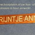 houten-bootplaat-gelakt-en-gouden-letters-ingekleurd-www.repko_.nl_-600x399