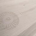 Universiteit-van-Utrecht-logo-op-hout-79x120-cm-repko-sneek