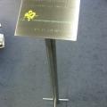 plaquette-met-gravure-rvs-op-stander-lessenaar-rv-staal-repko-design